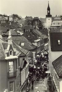 """Strandgaten mellom Murallmenningen og Holbergsallmenningen er kjent som """"Gågaten"""" siden 1971. Den var Bergens første gågate. Fotograf: Ukjent, Arkivet etter Morgenavisen A/S."""