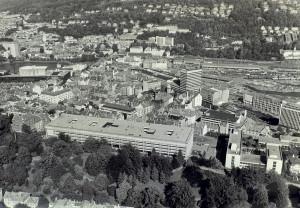 Nygård på 1980-tallet. Realfagbygningen og Fylkesbygget dominerer bydelen. Fotograf: Ukjent Arkivet etter Morgenavisen A/S, Bergen Byarkiv.