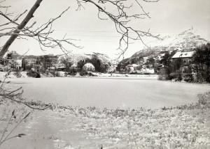 Tveitevannet fotografert på 1970-tallet. En skimter Ulriken i bakgrunnen til høyre. Fotograf: Kristian Dahl.<br />Arkivet etter Morgenavisen AS, Bergen Byarkiv.