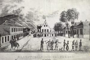 Litografi av Prahl etter Dreiers originalprospekt fra tidlig 1800-tall. Hagerupgården til høyre. Arkivet etter Morgenavisen A/S, Bergen Byarkiv.