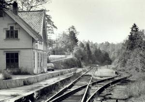 Fjøsanger jernbanestasjon ble tegnet av arkitekt Balthazar Lange. Stasjonen ble lagt ned i 1965. Fotograf: Kristian Dahl. Arkivet etter Morgenavisen AS, Bergen Byarkiv.