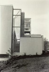 Eidsvåg kirke ble innviet i 1982. Kirken ble tegnet av arkitektene Kjell Lund og Olav Slaatto. Fotograf: Ukjent Arkivet etter Morgenavisen A/S, Bergen Byarkiv.