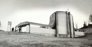 Fyllingsdalen kirke ble innviet i 1976. Den ble tegnet av arkitekt Helge Hjertholm. Fotograf: Tor M. Skillestad. Arkivet etter Morgenavisen AS, Bergen Byarkiv.
