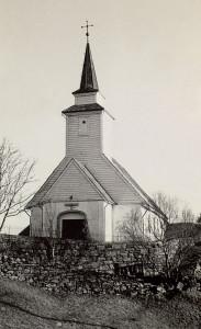 Åsane gamle kirke fotografert i 1974. Kirken brant ned i 1992, og ble gjenoppbygd som kopi av den gamle fra 1795. Fotograf: Ukjent. Arkivet etter Morgenavisen A/S, Bergen Byarkiv.