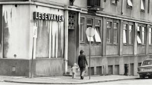 Bergen legevakt holdt til i Håkonsgaten 2 (Det gamle sykehus på Engen) fra 1959 til 1982. Fotograf: Ukjent. Arkivet etter Morgenavisen AS, Bergen Byarkiv.