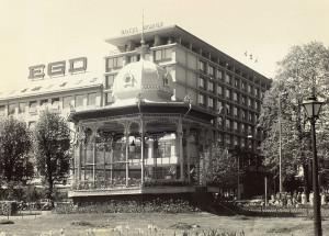 Hotel Norge på 1970-tallet. I forgrunnen Byparken med musikkpaviljong. Fotograf: Ukjent. Arkivet etter Morgenavisen A/S, Bergen Byarkiv.