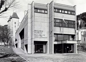 Bryggens museum åpnet i 1975. Bygningen ble tegnet av arkitekt Øivind Maurseth. Udatert foto. Arkivet etter Morgenavisen A/S, Bergen Byarkiv.