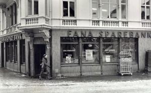 Fana Sparebanks tidligere filial ved Torget i Bergen. Fotograf: Roar Christiansen. Arkivet etter Morgenavisen A/S, Bergen Byarkiv.