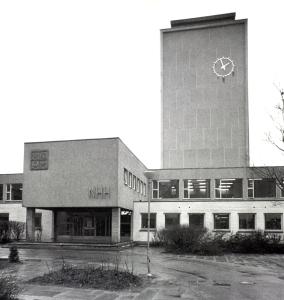 Norges Handelshøyskole omkring 1980. Skolen ble tegnet av arkitektene Nic. Brøndmo og Paul Lambach. Fotograf: Ukjent.<br />Arkivet etter Morgenavisen AS, Bergen Byarkiv.