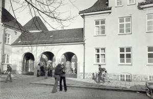 Nygård skole på midten av 1970-tallet da den var ungdomsskole. Skolen ble tegnet av byarkitekt Kaspar Frederik Hassel. Fotograf: Ukjent.<br />Fra arkivet etter Morgenavisen A/S, Bergen Byarkiv.