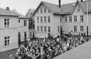 Gamle Haukeland skole ble avløst av en ny skolebygning i 1975. Bygningene ble revet i løpet av 1980-tallet. Fotograf: Ukjent. Arkivet etter Morgenavisen A/S.