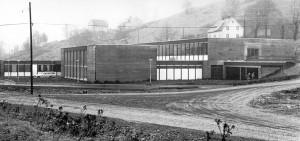 Ulsmåg skole åpnet i 1971. Den ble tegnet av arkitektene Jakob Myklebust og Bjørn Simonnæs. Fotograf: Ukjent. Arkivet etter Morgenavisen A/S, Bergen Byarkiv.