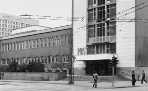 Det tidligere Hovedpostkontoret, nå kjøpesenteret Xhibition, ble reist i 1956. Det modernistiske bygget ble tegnet av arkitekt Nils Holter.Bergen Sentrum Postkontor holder til i kjøpesenteret. Fotograf: Ukjent. Arkivet etter Morgenavisen A/S, Bergen Byarkiv.