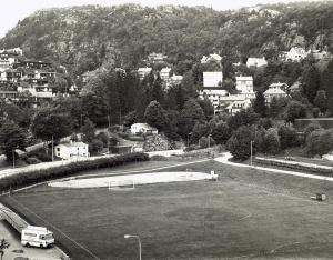 Stemmemyren idrettsanlegg omkring 1980. Fotograf: Ukjent. Arkivet etter Morgenavisen AS, Bergen Byarkiv.