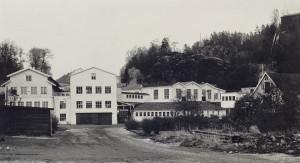 Alvøen papirfabrikk. Fotograf: Tor M. Skillestad. Arkivet etter Morgenavisen A/S, Bergen Byarkiv.