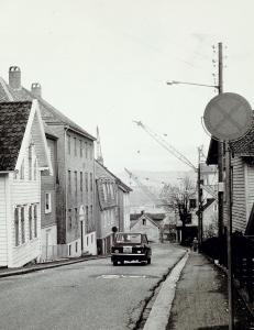 Løbergsveien i februar 1975. Til venstre ser en Løbergsveien nr. 21 og 19. Husene til høyre ble senere revet. Fotograf: Ukjent. Arkivet etter Morgenavisen A/S, Bergen Byarkiv.