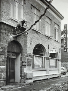 Elefantapoteket, mens det holdt til i Øvregaten 11. Fotograf: Ukjent. Arkivet etter Morgenavisen A/S, Bergen Byarkiv.