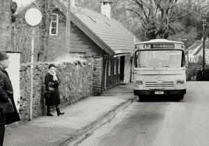Formanns vei, ved busslinjens endestopp. Fotografert 1. februar 1975. Fotograf: Ukjent. Arkivet etter Morgenavisen AS, Bergen Byarkiv.