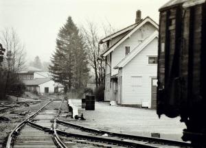 Gamle Arna stasjon i januar 1976. Tidligere stasjon på Vossebanen. Fotograf: Kristian Dahl. Arkivet etter Morgenavisen A/S, Bergen Byarkiv.