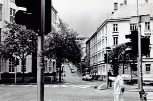 Hans Tanks gate sett fra Daniel Hansens gate. I bakgrunnen ser en Realfagbygget i Allégaten. Foto fra juli 1981. Fotograf: ukjent. Arkivet etter Morgenavisen AS, Bergen Byarkiv.