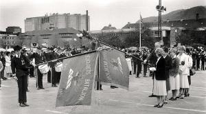 Fjeldets Bataljon på Festplassen i mai 1982. Fotograf: Ukjent.<br />Arkivet etter Morgenavisen A/S, Bergen Byarkiv.
