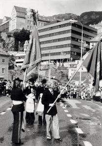 Fra Skutevikens Buekorps 125-Ã¥rsjubileum i 1978. Fotograf: Kristian Dahl. Arkivet etter Morgenavisen A/S, Bergen Byarkiv.
