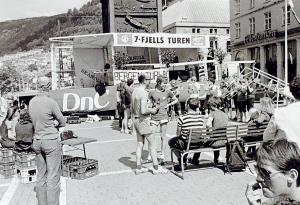 Fra Syvfjellsturens arrangementet på Torgallmenningen i 1981. Fotograf: Ukjent. Arkivet etter Morgenavisen A/S, Bergen Byarkiv.