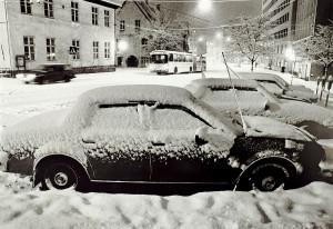 Vinter i Allehelgens gate. Udatert foto. Fotograf: Bjørn Lunde. Arkivet etter Morgenavisen A/S, Bergen Byarkiv.