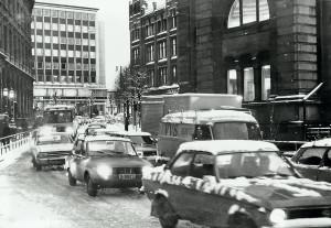 Vågsallmenningen før den ble stengt for gjennomgangstrafikk. Foto fra omkring 1980. Bygningen til høyre er tidligere Bergens Børs og bygningen til venstre er tidligere Bergens Kreditbank.<br />Fotograf: Ukjent.<br />Arkivet etter Morgenavisen A/S, Bergen Byarkiv.