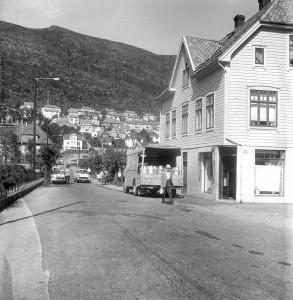 Minde allé mot Fjøsangerveien. Fotografert 10.06.1963. Fotograf: Ukjent. Arkivet etter Bergen Arbeiderblad, Bergen Byarkiv.