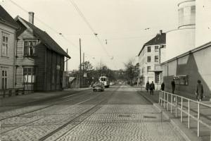 Fjøsangerveien ved Forum kino og krysset Jonas Lies vei, fotografert mot sentrum.<br />Fotograf: Ukjent.<br />Arkivet etter Reguleringsvesenet, Bergen Byarkiv.