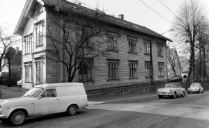 Kalfarveien 43 i 1972, da bygningen ble brukt til spebarnshjem. I 1976 startet Bergen Kommune barnehagedrift her. Fotograf: Ukjent Arkivet etter Bergens Arbeiderblad/Bergensavisen, Bergen Byarkiv.
