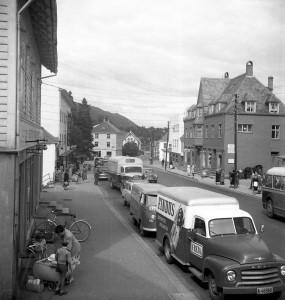 Nesttunveien i 1958. Fotograf: Ukjent. Arkivet etter Bergens Arbeiderblad/Bergensavisen, Bergen Byarkiv.