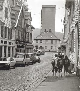 Domkirkegaten på midten av 1970-tallet. Domkirkegaten fikk sitt nåværende navn i 1857. Fotograf: Ukjent. Arkivet etter Morgenavisen A/S, Bergen Byarkiv.