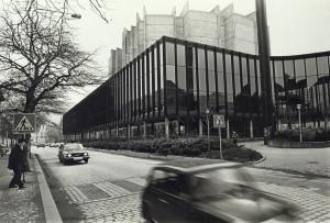 Grieghallen sett fra Lars Hillesgate i februar 1982. Fotograf: Ukjent. Arkivet etter Morgenavisen A/S, Bergen Byarkiv.