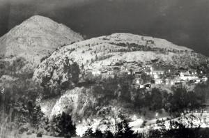 Lyderhorn (396 moh.) til venstre, regnes som et av de syv fjell i Bergen. Fotograf: Ukjent Arkivet etter Morgenavisen AS, Bergen Byarkiv.