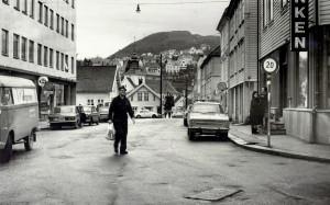 Damsgårdsgaten, nå Damsgårdsveien, på 1970-tallet. Til høyre Damsgårdsveien 211. I bakgrunnen skimter en Laksevåg kirke. Fotograf: Ukjent.