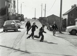 Kolstien på Landås, med lekende barn på 1970-tallet. Fotograf: Ukjent. Arkivet etter Morgenavisen A/S, Bergen Byarkiv.