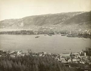 Indre Laksevåg, med Laksevåg kirke, fotografert rundt 1930. Fotograf: Ukjent. Arkivet etter Vann- og kloakkvesenet, Bergen Byarkiv.