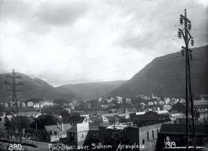 Solheim fotografert fra Solheim kirkegård i 1919. I bakgrunnen ser en Kronstad. Fotograf: Ukjent. Fra arkivet etter Bergen Lysverker, Bergen Byarkiv.