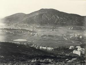 Utsikt over Årstad med Haukelandsvannet til venstre og Haukeland sykehus til høyre. Fotograf: Ukjent. Arkivet etter Solhaug skole, Bergen Byarkiv.