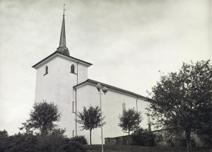 Loddefjord kirke er sognekirke i Loddefjord. Foto fra mars 1976.<br />Fotograf: Ukjent.<br />Arkivet etter Morgenavisen A/S, Bergen Byarkiv.