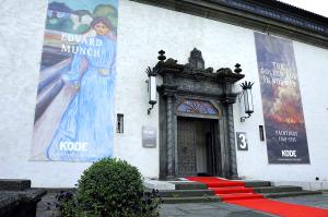 Rasmus Meyers Samlinger åpnet i 1924 Bygningen ble tegnet av arkitekt Ole Landmark. Samlingene er nå en del av KODE, Rasmus Meyers Samlinger er KODE 3. I 2013 skiftet Bergen Kunstmuseum navn til KODE.