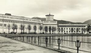 Bergen Lysverker, tidligere kommunalt kraftselskap i drift fra 1900, holdt til i Lysverksbygningen, nå KODE 4. Lysverksbygningen åpnet som fullverdig museumsbygg i mai 2003, og skiftet navn til KODE 4 i 2013. Fotograf: Ukjent. Arkivet etter Bergen Lysverker, Bergen Byarkiv.