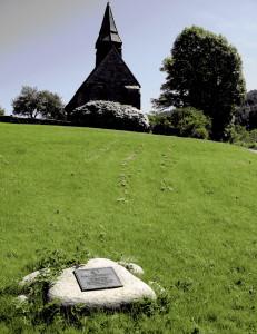 Fana kulturpark, anlagt på deler av prestegården i landskapet rundt den gamle Fana kirke. Dette landskapet ble valgt som tusenårssted for Bergen kommune i 2000. Fotograf: Norvall Skreien.
