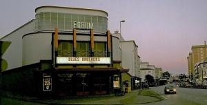 Forum, tidligere Bergens største kino og et av hovedverkene til arkitekt Ole Landmark, inngår i arkitektens markante bygningsmiljø på Danmarks plass. Fra 2007 er bygningen et kristent medie- og misjonssenter. Fotograf: Norvall Skreien.