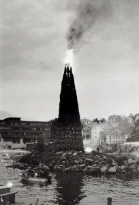 Tønnebålet på Laksevåg i 1979. Fotograf: Ukjent. Arkivet etter Morgenavisen A/S, Bergen Byarkiv.
