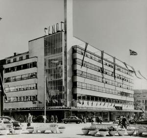 Varehuset Sundt på Torgallmenningen 14 regnes som et av funksjonalismens hovedbygg i Norge. Bygget ble tegnet av arkitekt Per Grieg, Fotograf: Ukjent. Arkivet etter Park- og idrettsvesenet, Bergen Byarkiv.
