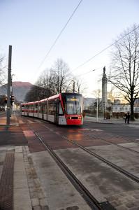 Bybanen fotografert i Kaigaten.<br />Fotograf: Ann-Kristin Loodz.<br />Seksjon for informasjon,<br />Bergen kommune.