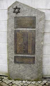 Minnesmerket som er reist på Møhlenpris med navn på jøder bosatt i Bergen som ble drept under okkupasjonen. Fotograf: Norvall Skreien